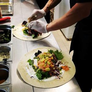 De délicieux wraps préparés par nos soins avec toujours beaucoup d'amour 🌯💛  Rendez vous ce week-end de l'ascension dans ton @cosytacos de Bordeaux Gambetta et Bordeaux Bastide✨  #bordeauxbastide #bordeaux #bordeauxfood #bordeauxmaville #bordeauxtopfood #ascension #bordeauxmetropole #fastfood #tacos #wrap #salad #cosy #foodlover #foodstagram #foodphotography